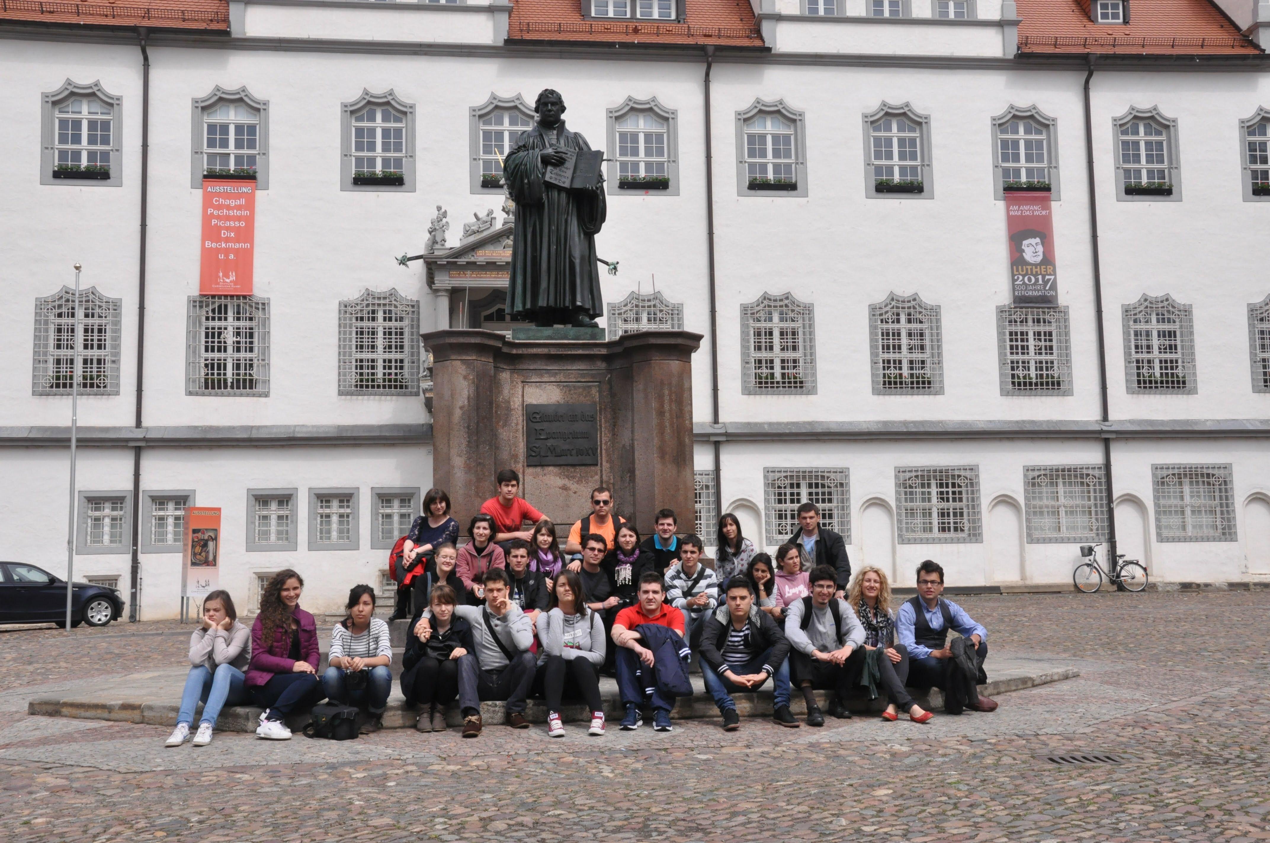 Studenții în fața statuiei lui Martin Luther